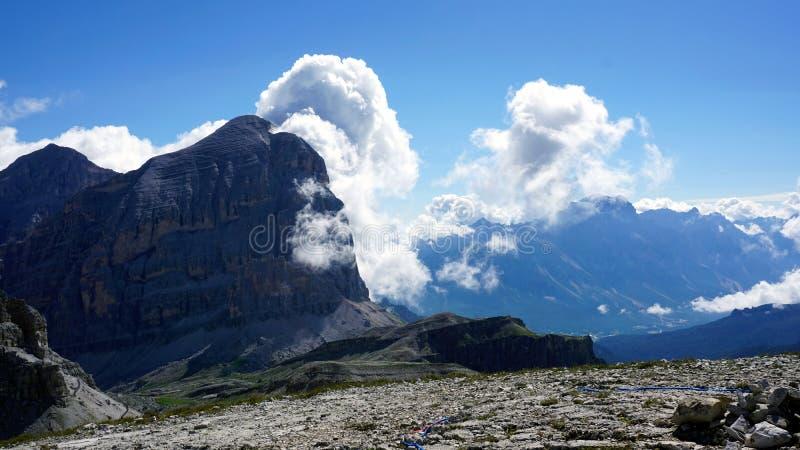 Landskapet med kala klippor och att blomma fördunklar i Dolomites royaltyfria bilder