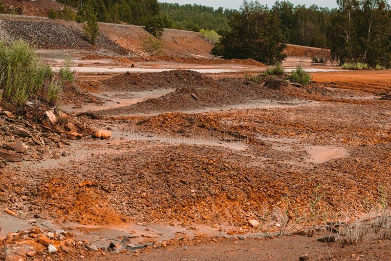 Landskapet med röd jord förorenade den kopparbryta fabriken i Karabash, den Ryssland, Chelyabinsk regionen fotografering för bildbyråer