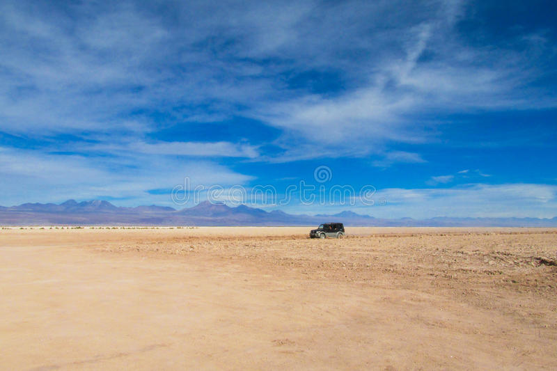 Landskapet och jeepen för den Atacama öknen turnerar det ointressanna arkivfoton
