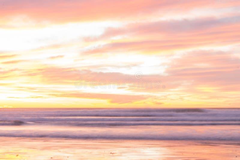 landskapfoto av en färgrik soluppgång på en Patagonian strand arkivfoto