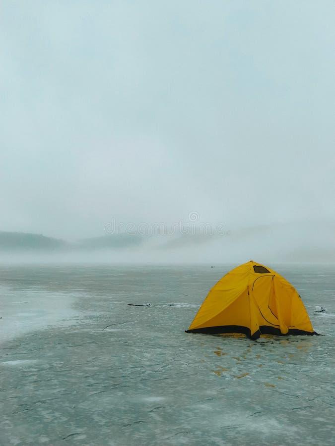 Landskapfoto som vilar i ett tält på en glaciär i en kall vinter på nordpolen arkivfoton
