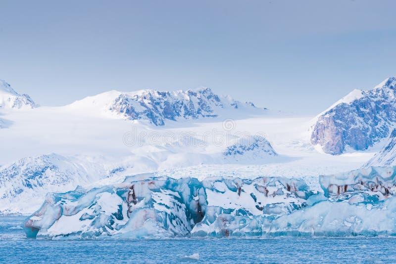 Landskapisnatur av glaciärbergen av himmel för solnedgång för dag för vinter Spitsbergen Longyearbyen Svalbard för arktiskt hav p arkivbilder