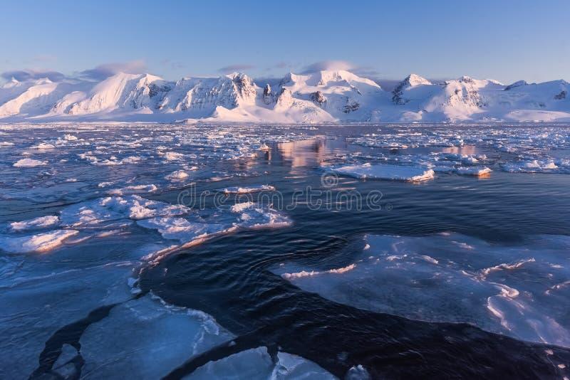 Landskapnatur av bergen av solnedgången för dag för vinter Spitsbergen Longyearbyen Svalbard för arktiskt hav den polara royaltyfria bilder