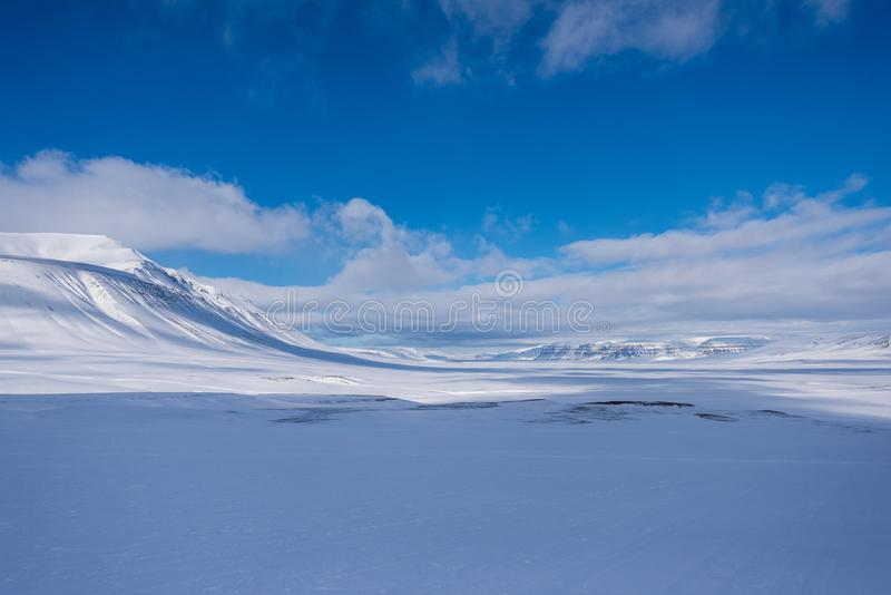 Landskapnatur av glaciärberget av dagen för solsken Spitsbergen Longyearbyen Svalbard för arktisk vinter den polara royaltyfri fotografi