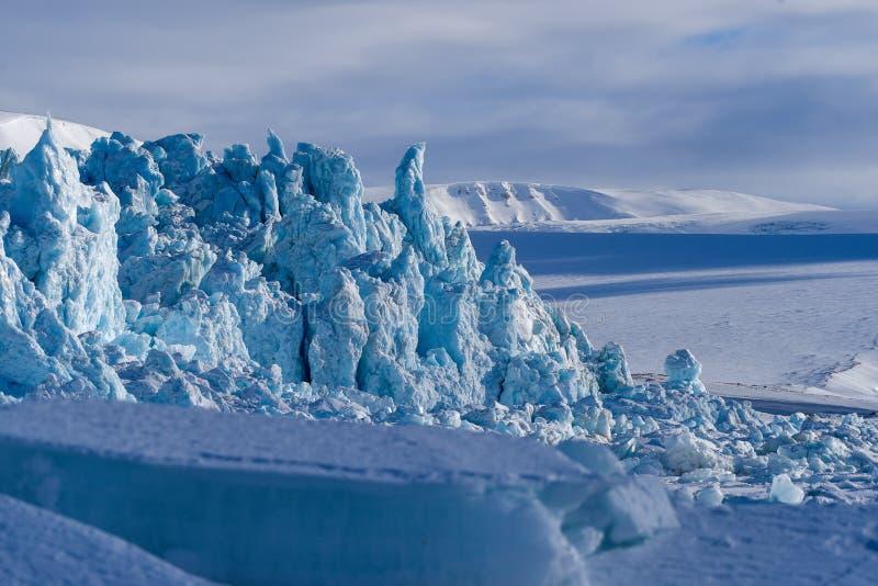 Landskapnatur av glaciärberget av dagen för solsken Spitsbergen Longyearbyen Svalbard för arktisk vinter den polara royaltyfri foto