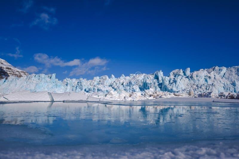 Landskapnatur av glaciärberget av dagen för solsken Spitsbergen Longyearbyen Svalbard för arktisk vinter den polara arkivfoton