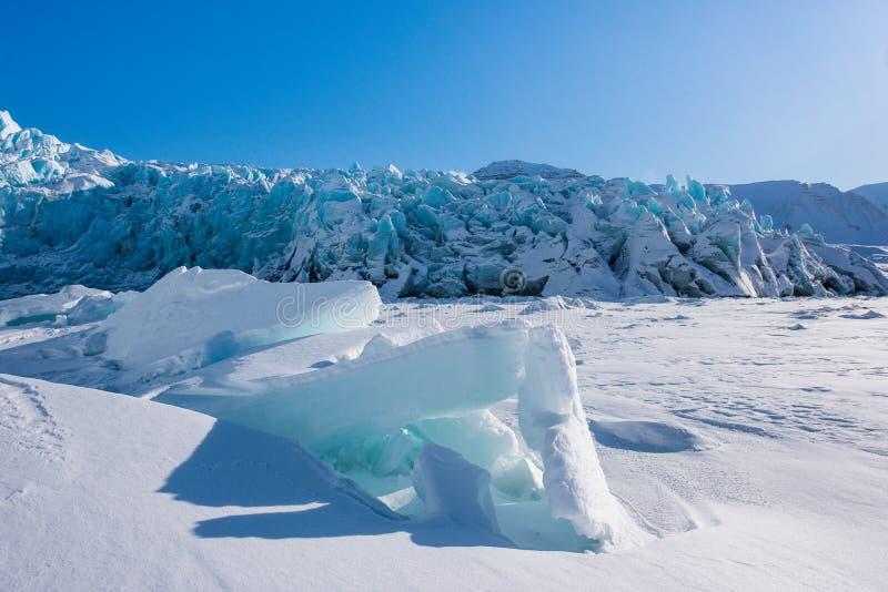 Landskapnatur av glaciärberget av dagen för solsken Spitsbergen Longyearbyen Svalbard för arktisk vinter den polara fotografering för bildbyråer