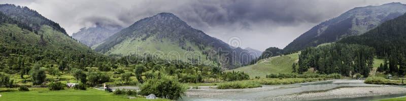Landskappanorama av den Betaab dalen, Anantnag, Jannu och Kashmir royaltyfri bild