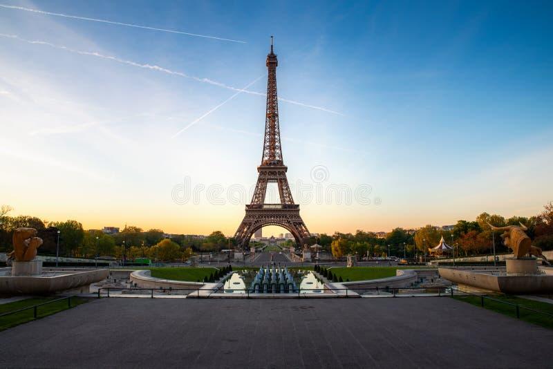Landskappanoramautsikt på Eiffeltorn och att parkera under den soliga dagen i Paris, Frankrike Lopp- och semesterbegrepp royaltyfri bild
