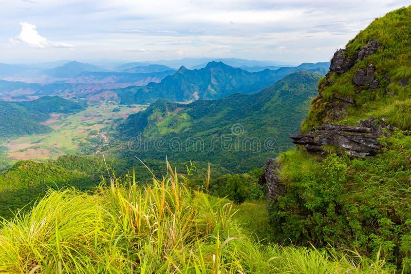 Landskapplats från maximumet av berget och mist på den Phu Chifa nästan Chiang Rai, Thailand arkivbild