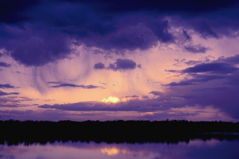 Landskapreflexion i vattenyttersida av tid för flodDnieper duaring solnedgång royaltyfria foton