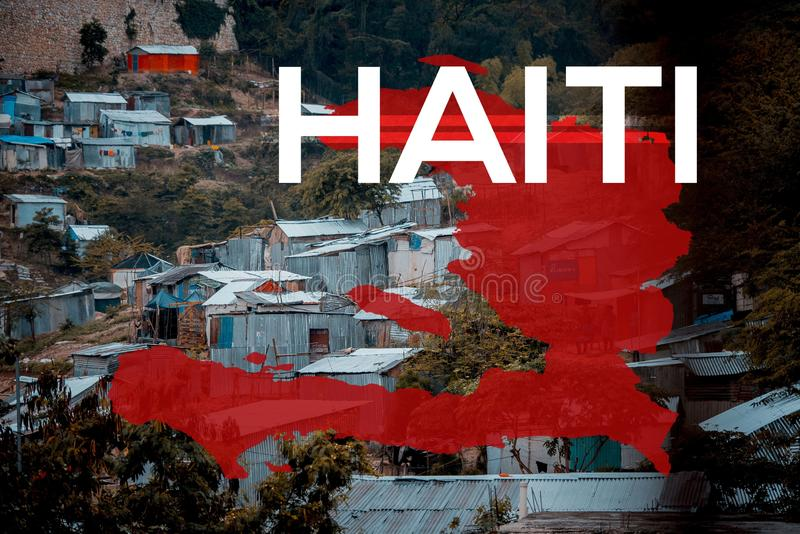 Landskapsbild av små hus i Haiti med den röda kartan och skriften royaltyfri bild