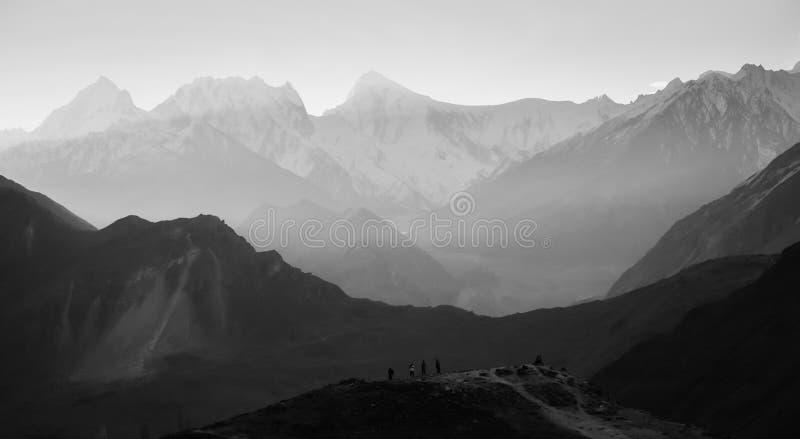 Landskapsikt av berg i Karakoram område med morgondimma royaltyfria foton