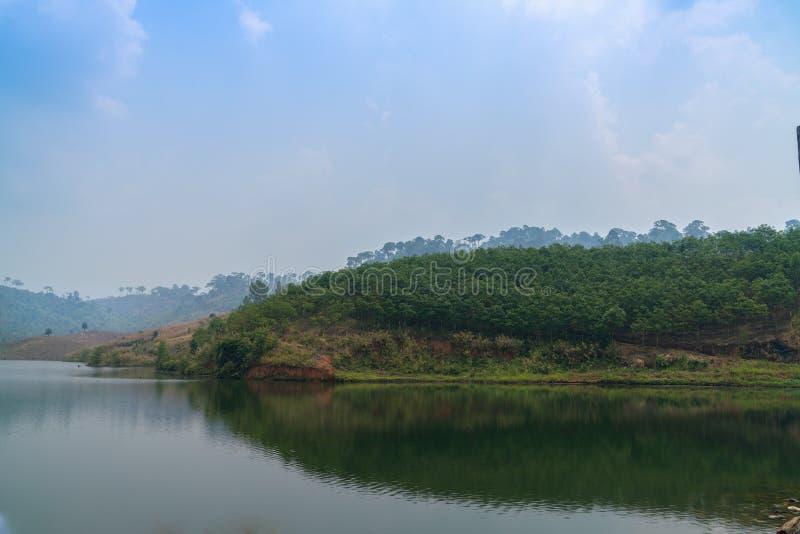 Landskapsikt av berg och sjön royaltyfria bilder