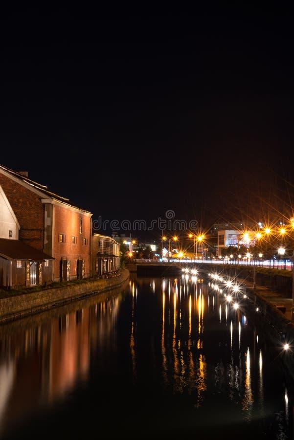 Landskapsikt av det Otaru kanaler och lagret p? natten i Hokkaido Japan royaltyfria bilder