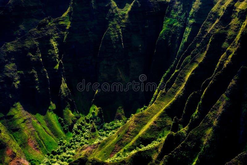Landskapsikt av kustlinjeklippor för Na Pali i dramatisk stil, Kauai, Hawaii royaltyfria bilder