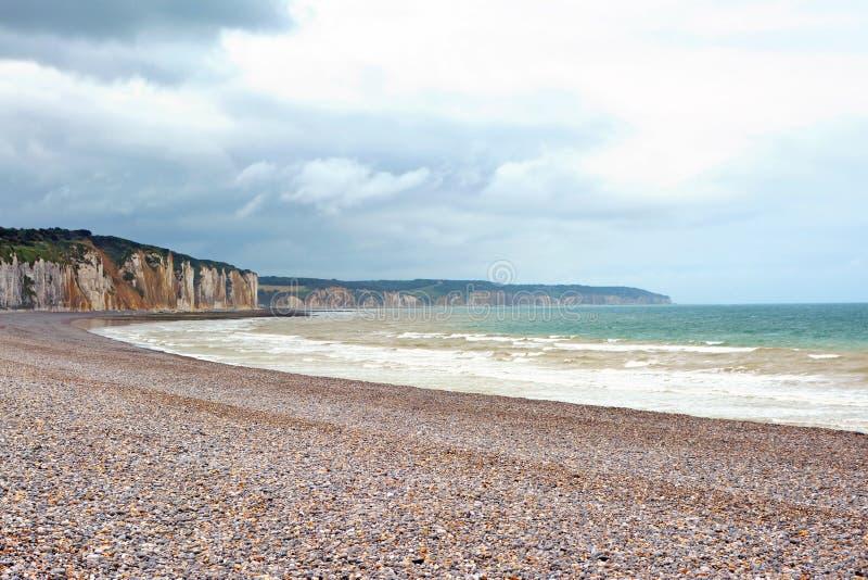 Landskapsikt av peppelstranden och klippor i bakgrund i Dieppe i Seine den maritima avdelningen i den Normandie regionen av nordl royaltyfri fotografi