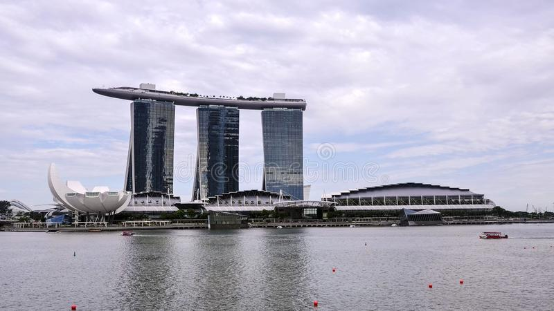 Landskapsikt av Singapore med Marina Bay Sands i bakgrunden arkivbilder