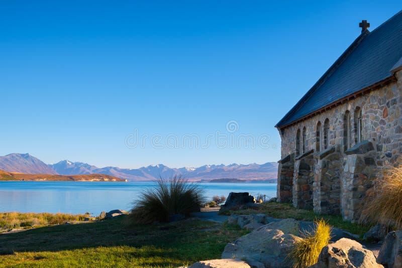 Landskapsikt av sjön Tekapo med kyrkan av den bra herden fotografering för bildbyråer