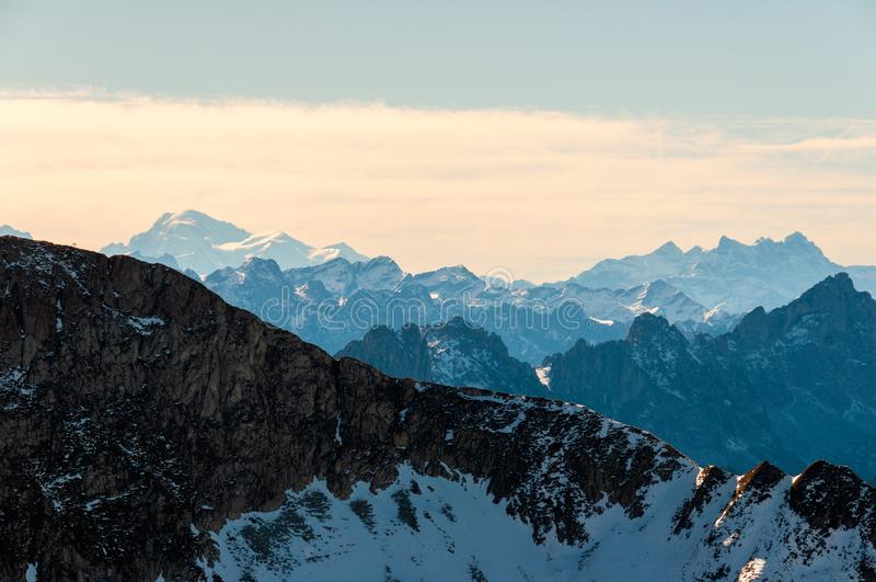Landskapsikt från det Kaiseregg maximumet över de schweiziska och franska fjällängarna, Schweiz royaltyfri foto