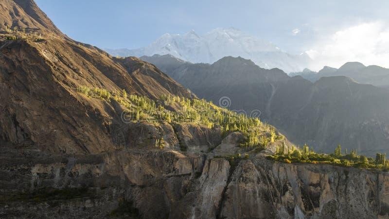 Landskapsikt från det Pakistan landet nära den Gilgit staden på dagtid arkivfoto
