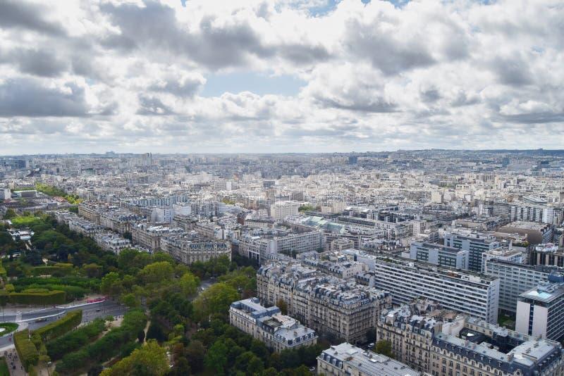 Landskapsikt från Eiffeltorn över Paris arkivbild