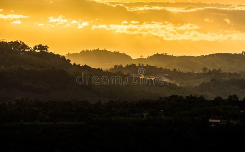 Landskapsikt i morgonen eller aftonen på landsbygd arkivfoton