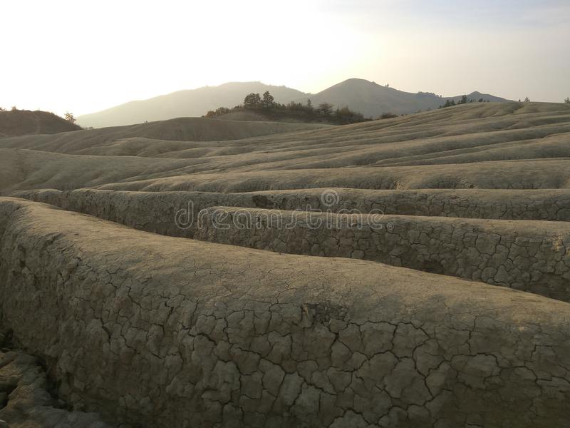Landskapsikt med near leriga volcanoes för sprickor royaltyfria bilder