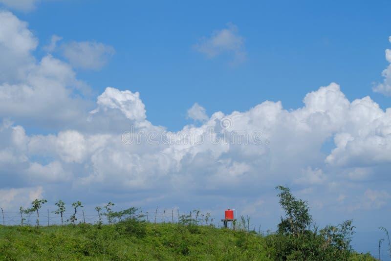 Landskapsikt p? kullen med bl? himmel och det vita f?r moln orange watterfl?det ocks? royaltyfria bilder