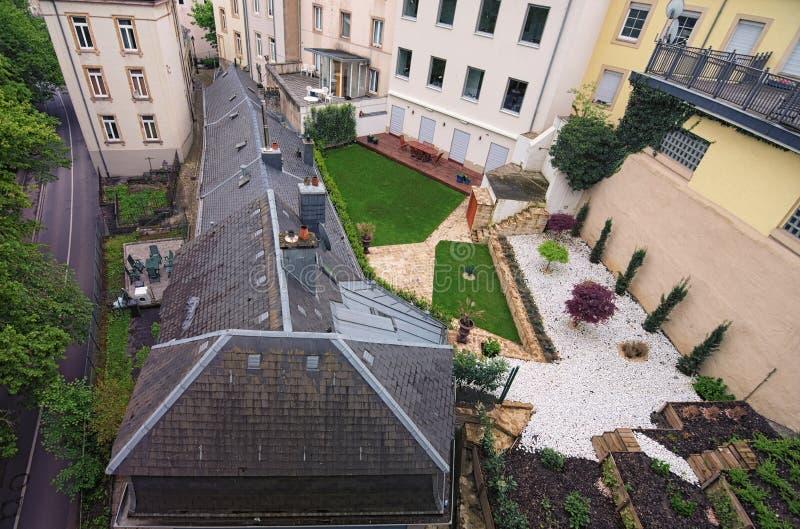 Landskapsikt till de färgrika terrasserna med flera trädgårds- tabeller i i stadens centrum Luxembourg i tidig vårmorgon arkivbild