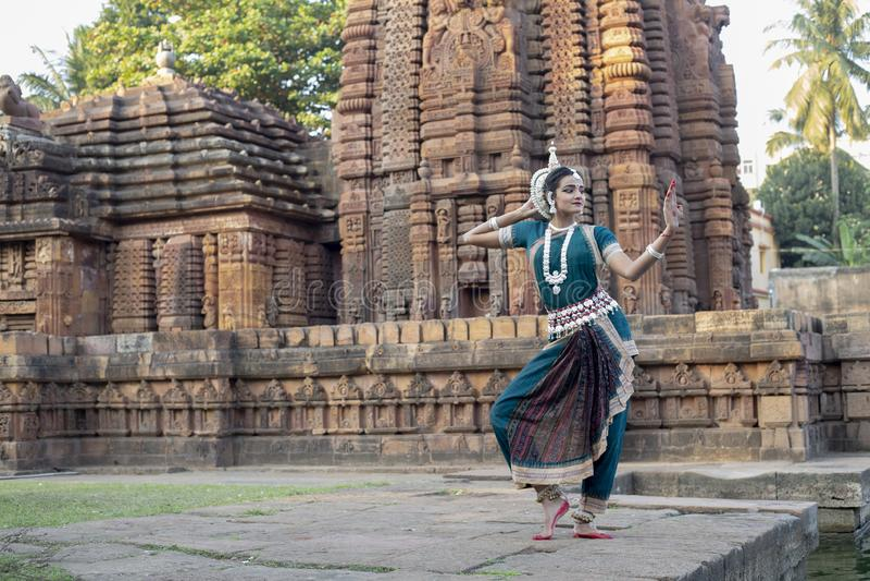 Landskapsikten av den klassiska Odissi dansaren ser spegeln på den Mukteshvara templet, Bhubaneswar, Odisha, Indien royaltyfri bild