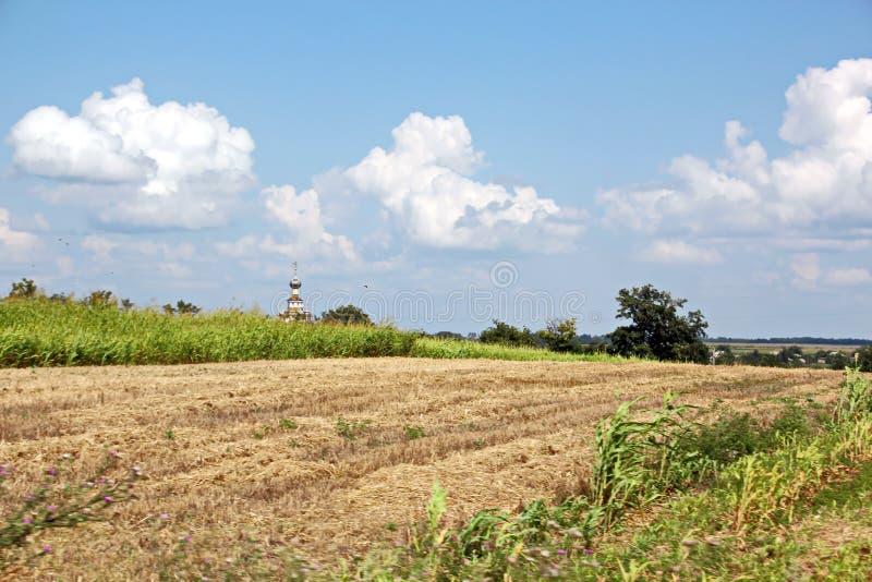 Landskapsikter av naturen, fält, byar och vägar av Ukraina Sikt från bilfönstret, när köra arkivfoto