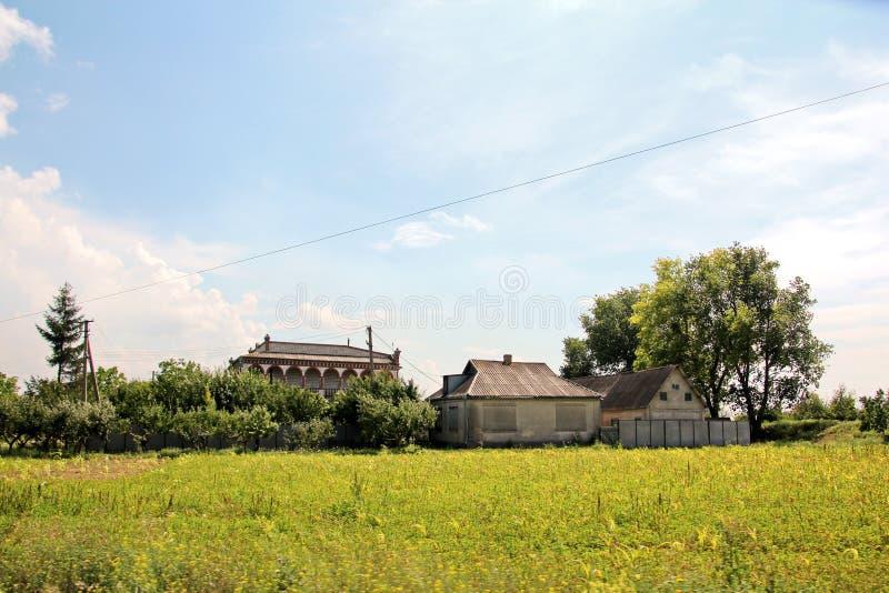 Landskapsikter av naturen, fält, byar och vägar av Ukraina Sikt från bilfönstret, när köra arkivfoton