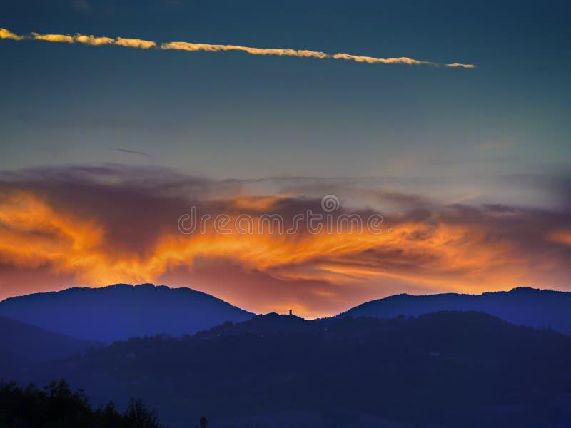 Landskapsolnedgång i Tuscany royaltyfri bild