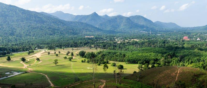 Landskapsynvinkel av gräsberget royaltyfri fotografi