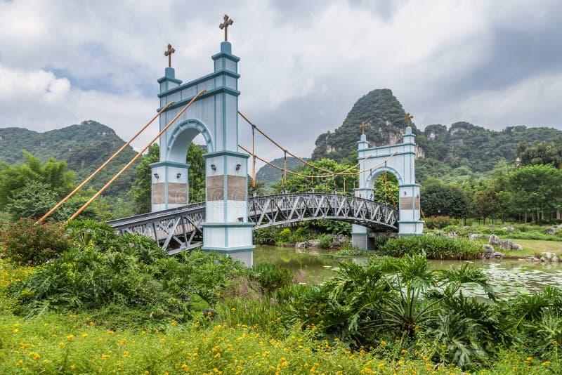Landskapupphängningbro royaltyfria bilder