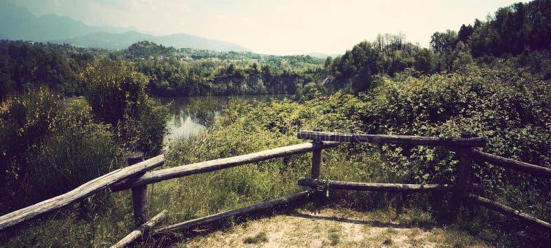 Landslandskap med sjön arkivbilder