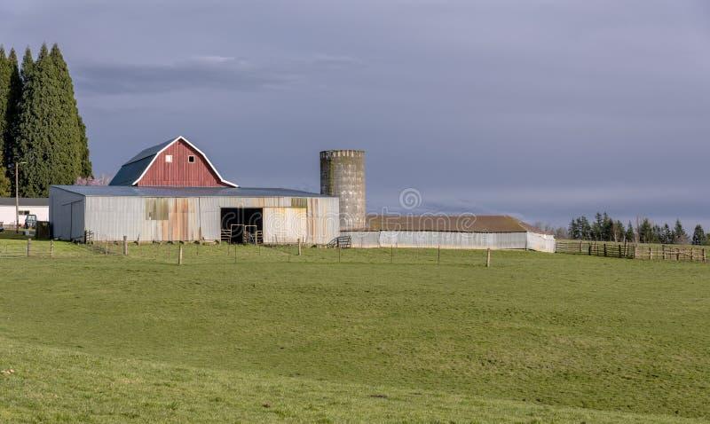 Landslantgård och ladugård i lantliga Oregon royaltyfri fotografi