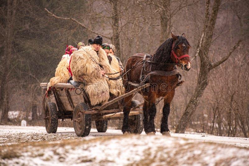 Landssidofolk från Rumänien med den traditionella dräkten i vintertid arkivfoto