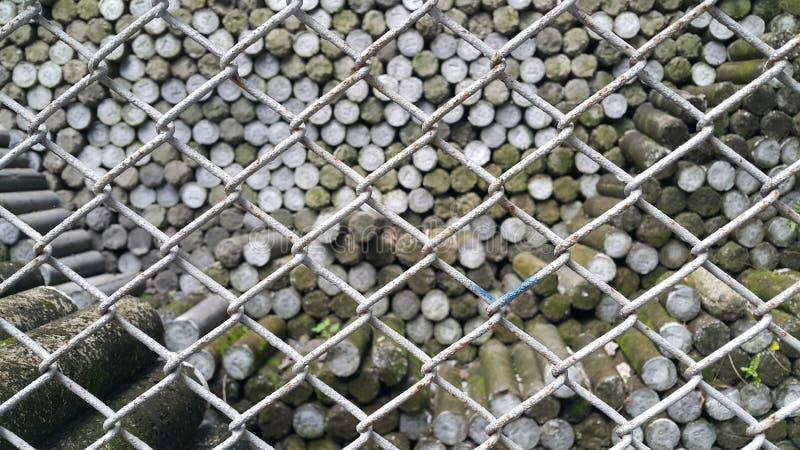 Landstifte wurden mit Stahlkäfigen abgehalten lizenzfreie stockbilder