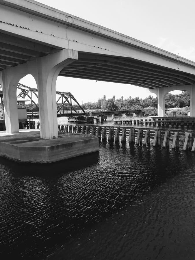 Landstraße über dem Fluss stockbilder