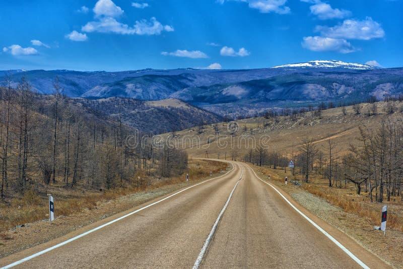 Landstraße auf Tazheranskaya-Steppe stockfoto