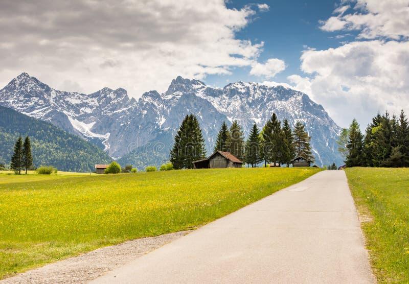 Landstraße in den Karwendel-Bergen lizenzfreie stockfotografie