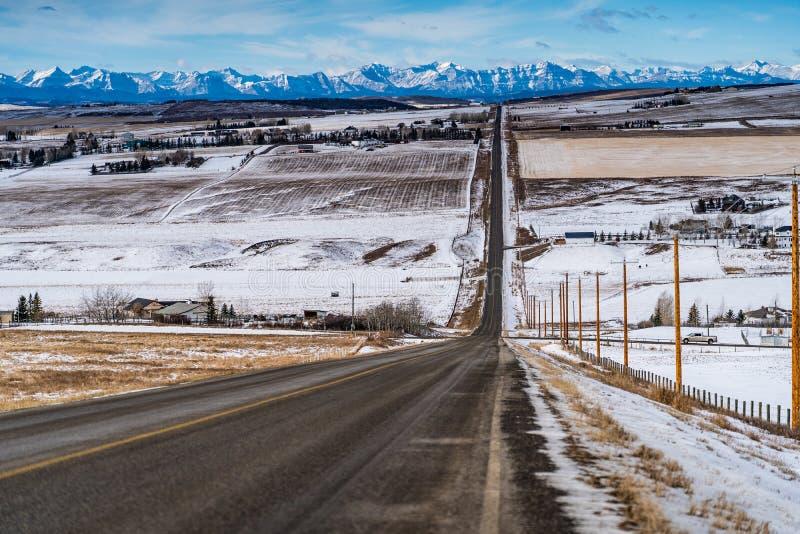 Landstraße, die durch eine Bauernhoflandschaft läuft lizenzfreie stockfotos