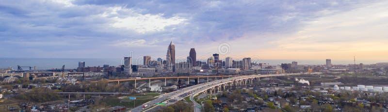 Landstraße durch Cleveland Ohio Cuyahoga County Seat Nordamerika lizenzfreies stockfoto