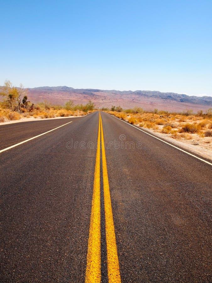 Landstraße durch die Wüste lizenzfreies stockbild