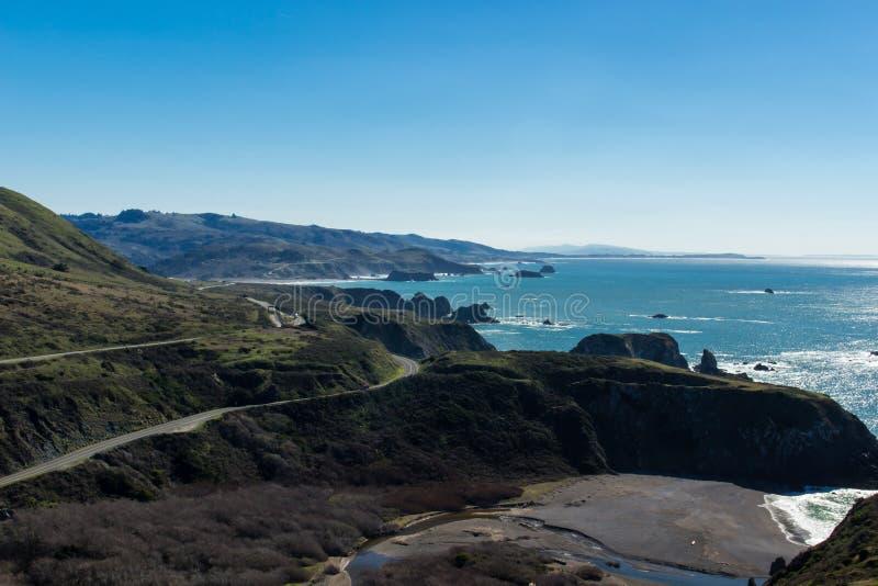 Landstraße eine, die herauf die North- Pacificküste wickelt lizenzfreies stockbild