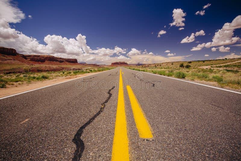 Landstraße 163, eine endlose Straße, Agathla-Spitze, Arizona, USA lizenzfreie stockbilder