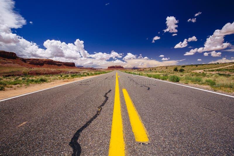 Landstraße 163, eine endlose Straße, Agathla-Spitze, Arizona, USA lizenzfreies stockfoto
