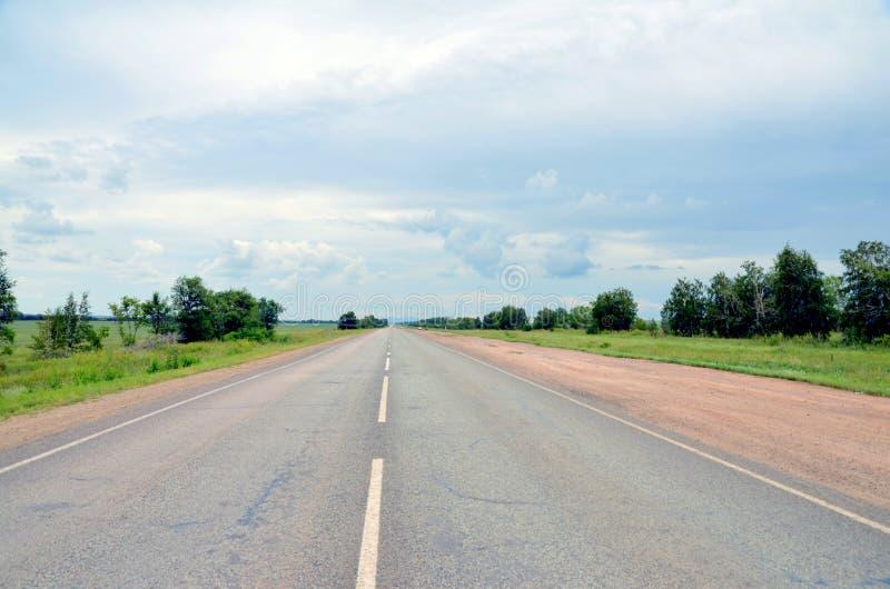 Landstraße Kokshetau - Astana, Kasachstan lizenzfreies stockfoto